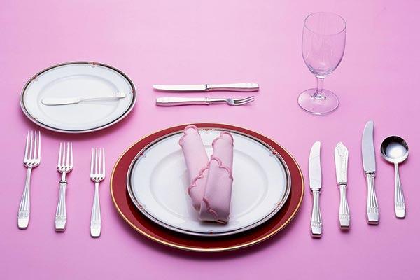 西餐桌餐具摆放效果图